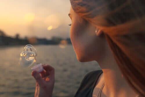 Donna che fa bolle di sapone.