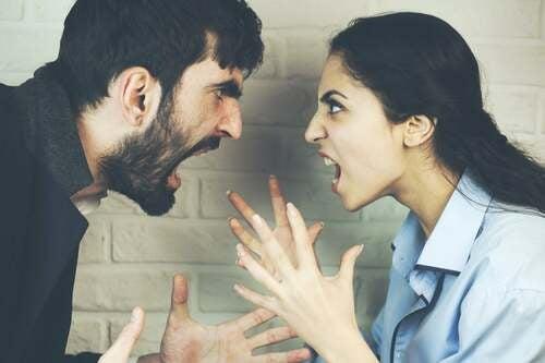Coppia litigando a voce molto alta.