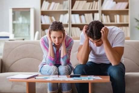 Giovane coppia preoccupata per le spese.