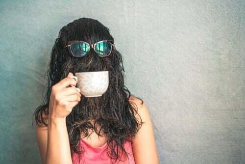 Donna con i capelli sul viso.