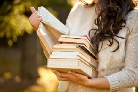 Donna che legge poesie.