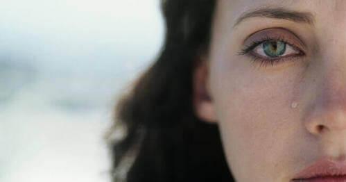 Donna con lacrima che le scende sulla guancia.