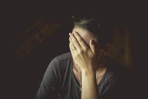 Donna che soffre di depressione.