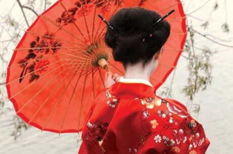 Donna giapponese con kimono e ombrellino.