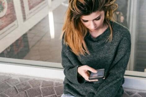 Donna che guarda il cellulare.