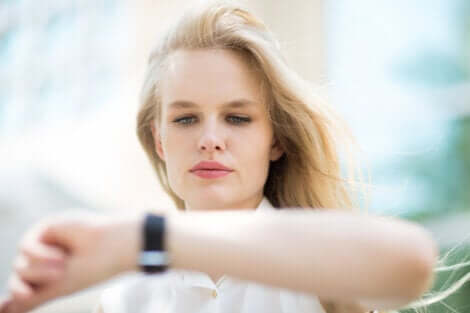 Donna che guarda l'orologio.