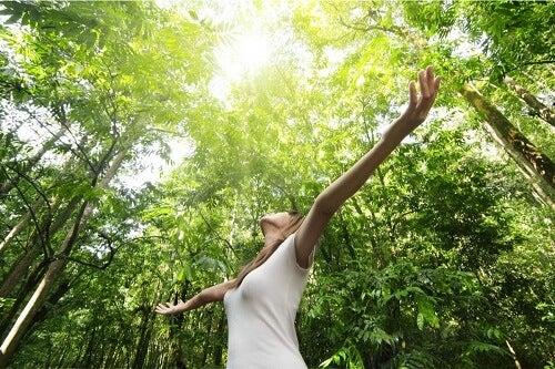 Donna che accoglie la natura.