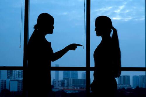 Donna che punta il dito contro un'altra donna.