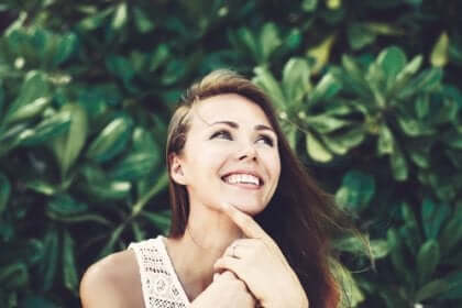 donna sorridente pensa