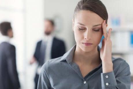 Donna stressata sul lavoro.
