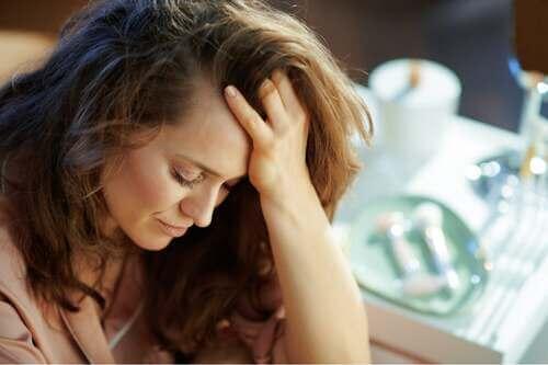 Donna triste che pensa.