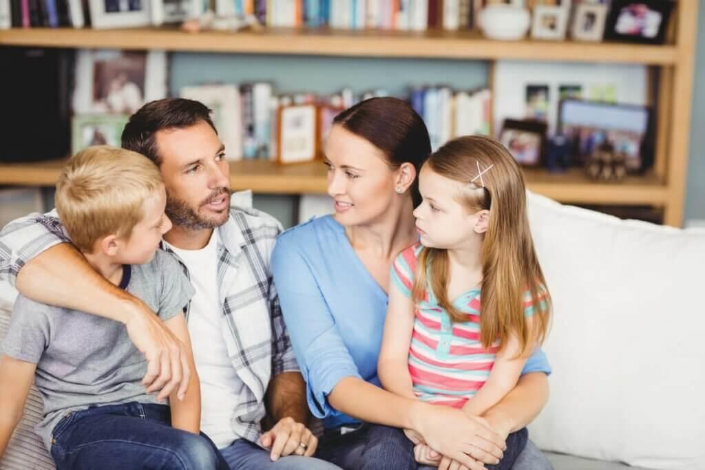 Genitori che parlano con i figli.