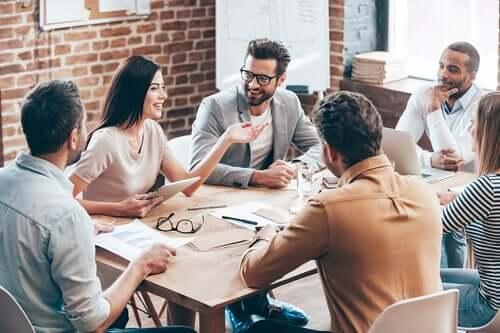 Gruppo di lavoro durante una riunione.