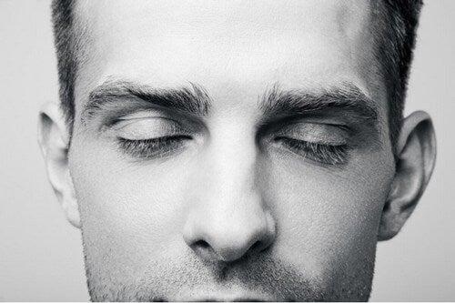 Ragazzo che prova a immaginare a occhi chiusi.