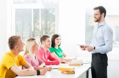 Educazione sessuale da insegnante con classe di adolescenti.