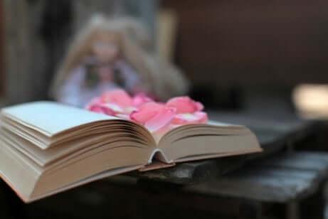 Libro aperto con fiori.