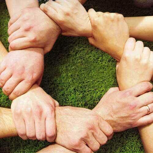 Mani che simboleggiano cooperazione.