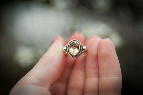 Donna che tiene in mano un anello.