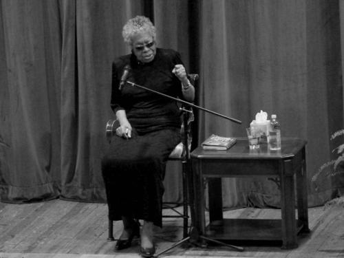 Maya Angelou recita una poesia.
