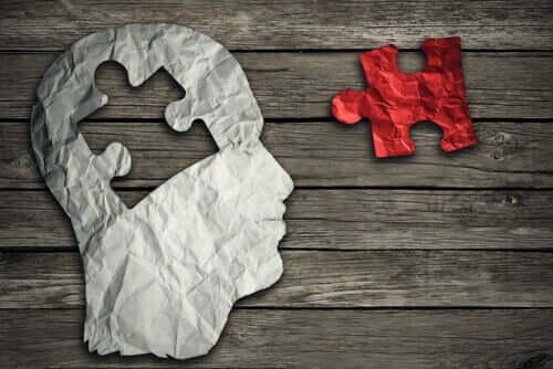 Mente a forma di puzzle con un pezzo mancante.