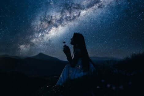 Ragazza affascinata sotto le stelle.