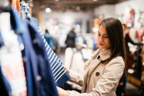 Ragazza acquista condizionata dalla musica in un negozio di abbigliamento.