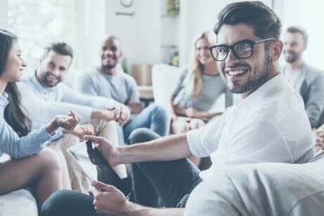 Ragazzi e ragazze sorridenti seduti sul divano.