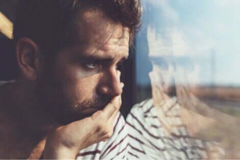 Ragazzo che riflette alla finestra.