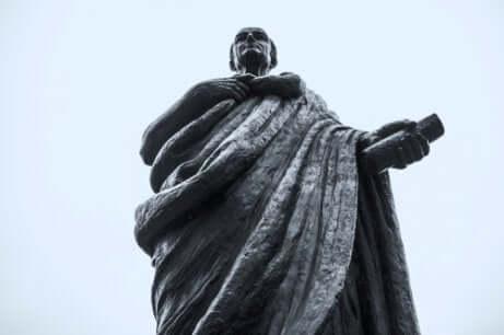 I filosofi più influenti della psicologia e statua di Seneca.