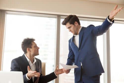 Datore di lavoro che parla con un dipendente.