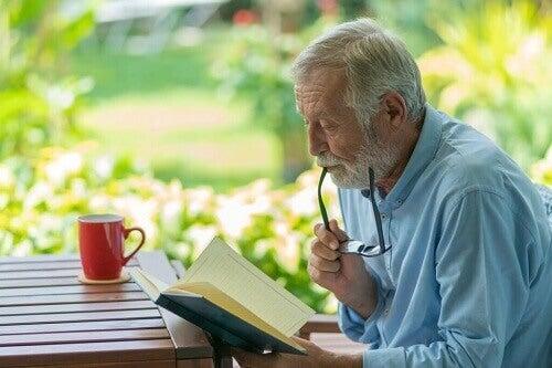 Uomo anziano che legge.