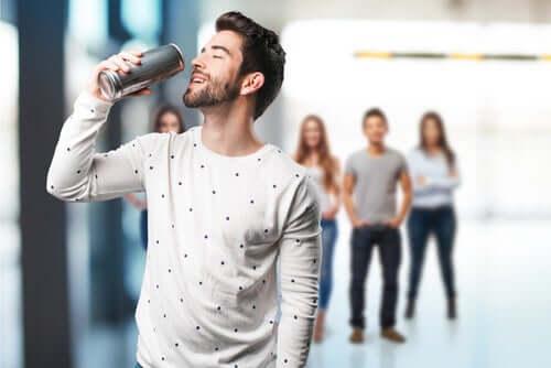 Uomo con bevanda energetica.