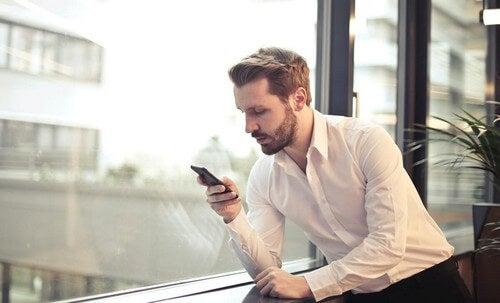 Uomo con smartphone.