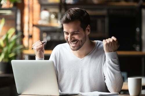 Uomo motivato davanti il computer.