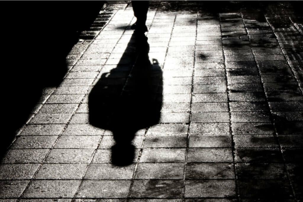 Uomo che cammina nella notte.