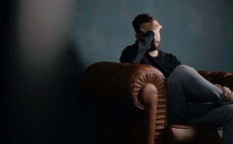 Uomo preoccupato sul divano.