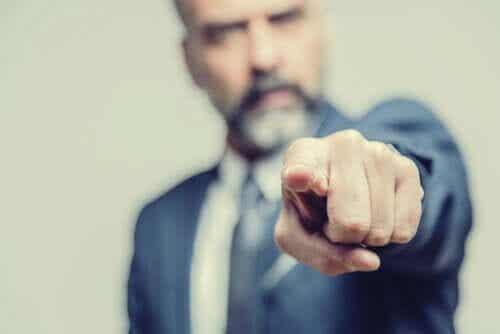 Fallacia ad hominem: attaccare la persona