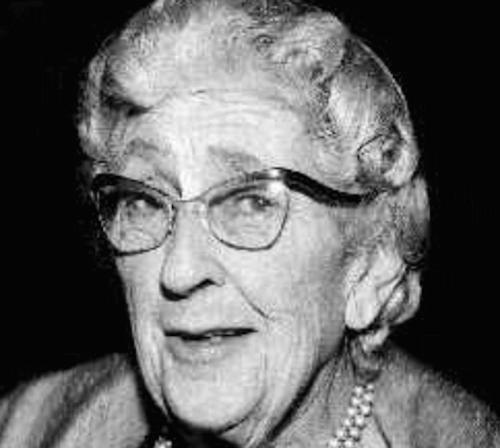 Donna anziana con gli occhiali che sorride.