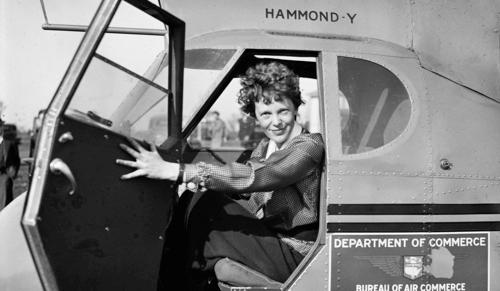 Amelia Earhart su un aereo.