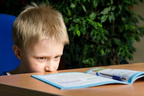 Bambino iperattivo con libro dei compiti.