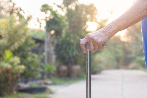 Persona anziana con un bastone.