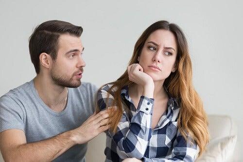 Una coppia discute per gelosia narcisista.