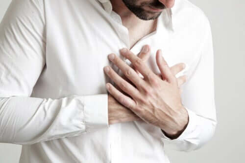 Uomo prova dolore al cuore.
