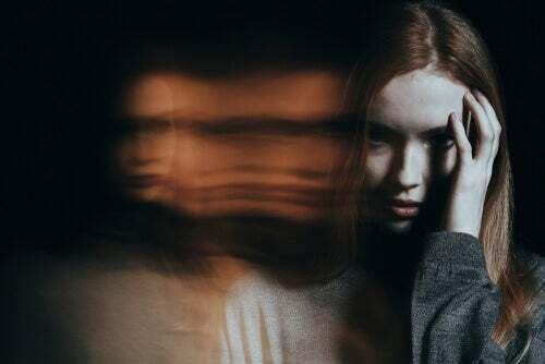 Donna che soffre di allucinazioni.