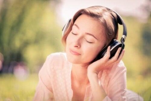 Donna che ascolta musica.
