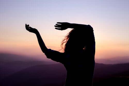 Donna che stende le braccia in aria.