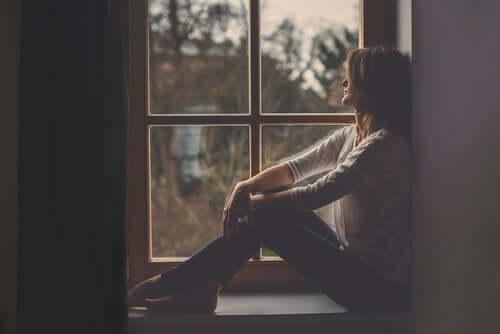 Donna che guarda alla finestra.