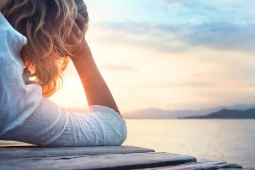 Donna pensierosa davanti al mare.