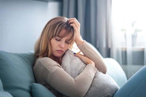 Donna preoccupata in balia del caos emotivo.