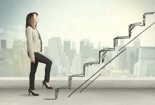 Donna che percorre la scala del successo.